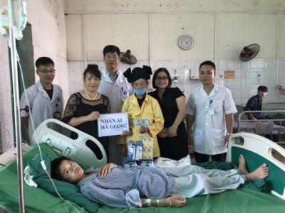 Nhóm Nhân Ái - Hà Giang cùng các mạnh thường quân đến thăm và tạng quà cho cháu Lục Dung Cảnh